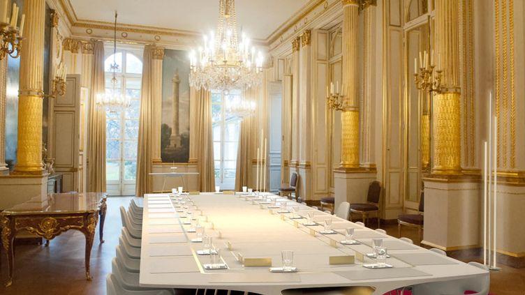 La nouvelle table de la salle du Conseil des ministres imaginée par Julien Roos et trois autres camarades de promotion (C. Huber / France Télévisions)