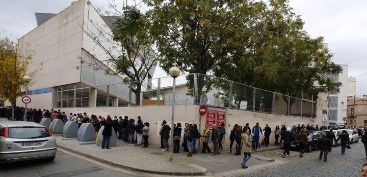 Des Catalans font la queue pour participer à la consultation sur l'avenir de la Catalogne, dimanche 9 novembre 2014, à Mataro, près de Barcelone. (GUSTAU NACARINO / REUTERS)