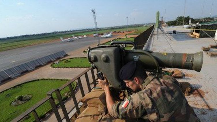 Un soldat français surveille l'aéroport de Bangui, le 1er décembre 2013. (AFP PHOTO / SIA KAMBOU)