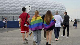 Des supporters de football se rendent au stade pour le match de l'Euro Allemagne-Hongrie et montrent leur soutien à la communauté LGBT+. (FRANK HOERMANN/SVEN SIMON / SVEN SIMON)