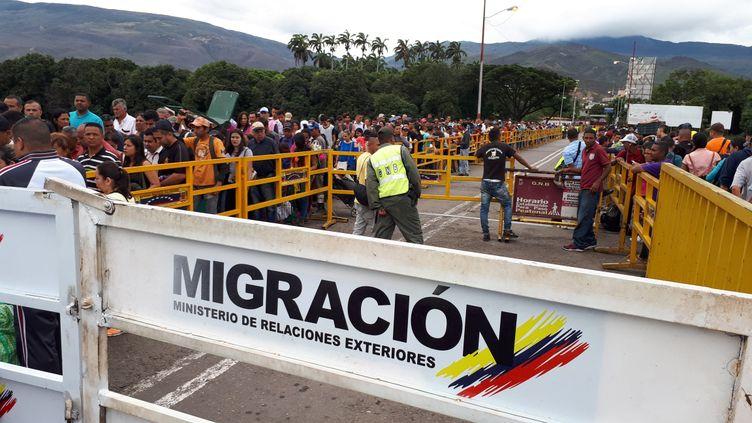 Chaque jour, 35 000 Vénézuéliens traversent le pont-frontière Simon Bolivar, entre la Colombie et le Venezuela pour fuir leur pays. (BENJAMIN ILLY / RADIO FRANCE)