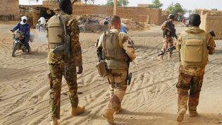 Des soldats maliens et des militaires de l'opération Barkhane patrouillent à Menaka, le 21 mars 2019. (DAPHNE BENOIT / AFP)