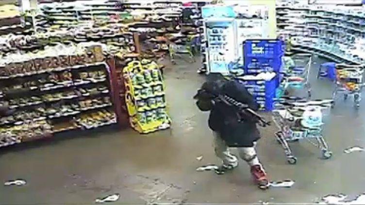 Une image d'une caméra de surveillance, publiée le 18 octobre 2013, montre l'un des terroristes dans le centre commercial de Westgate, à Nairobi (Kenya). (WESTGATE MALL CCTV / AFP)