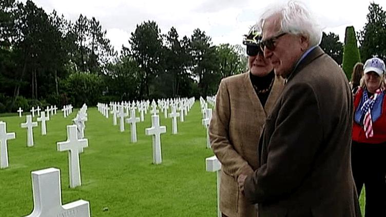 John Morris se recueille sur la tombe d'un ami journaliste  (France3/culturebox)
