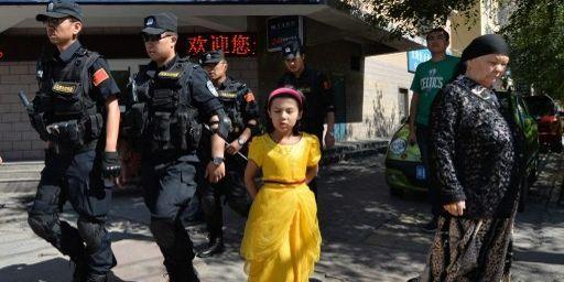 Patrouille de police dans les rues du quartier ouïghour d'Urumqi, le 29 juin 2013, après une série d'attaques terroristes dans la région du Xinjiang. (AFP/Mark Ralston)
