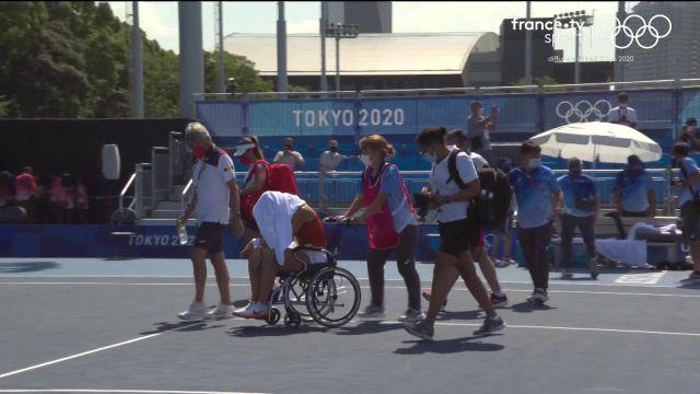 Gros coup de chaud pour Paula Badosa lors de son quart de finale face à Marketa Vondrousova après une première manche perdue (6-3).L'image est inquiétante de l'Espagnole qui sort sur fauteuil roulant.