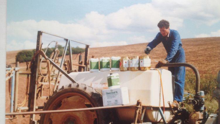 L'agriculteur Dominique Marchal en train de préparer le mélange à pulvériser sur ses champs, en août 1988. (DOMINIQUE MARCHAL)