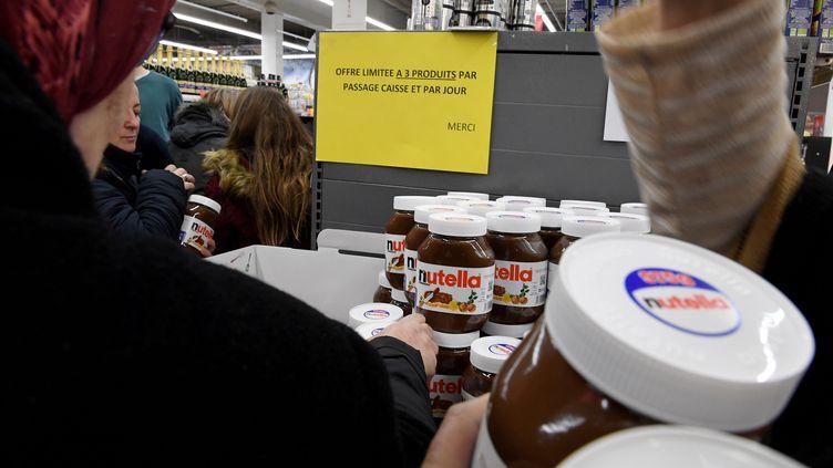 Des clients se pressent pour acheter du Nutella en promotion dans un magasin Intermarché de Bourg-en-Bresse (Ain), le 26 janvier 2018. (MAXPPP)