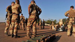 Des militaires français sur la base aérienne de Bamako (Mali), le 14 janvier 2013. (ISSOUF SANOGO / AFP)