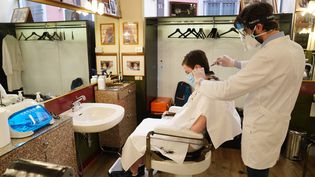 Un salon de coiffure à l'heure du Covid-19. (DUILIO PIAGGESI / MAXPPP)