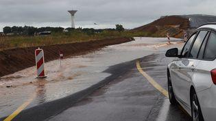 Une voiture bloquée par des inondations près de Montpellier (Hérault), le23 août 2015. (ALEXANDRE DIMOU / AFP)