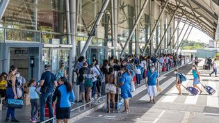 A l'aéroport Félix-Eboué de Cayenne (Guyane), le 10 juillet 2020. (JODY AMIET / AFP)