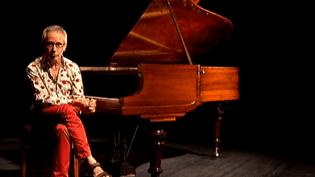 Jean-Louis Haguenauer devant le piano de Claude Debussy  (France 3 / Culturebox)