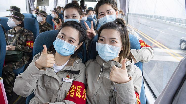 Des personnels de santé quittent Wuhan le 22 mars 2020, l'épidémie de coronavirus étant stoppée (CAI YANG / XINHUA)