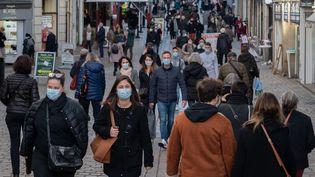 Des passants dans les rues de Nantes (Loire-Atlantique), le 15 décembre 2020. (ESTELLE RUIZ / HANS LUCAS / AFP)