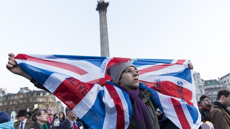 Un homme brandit le drapeau du Royaume-Uni, à Trafalgar Square, à Londres, le 23 mars 2017,au lendemain de l'attentat qui a frappé la capitale britannique. (JOEL FORD / AFP)