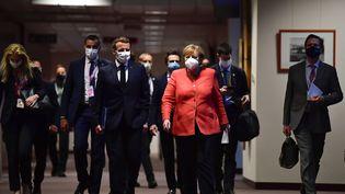 Angela Merkel et Emmanuel Macron arrivent pour une conférence de presse conjointe à la fin du sommet européen, à Bruxelles, le 21 juillet 2020. (JOHN THYS / POOL)
