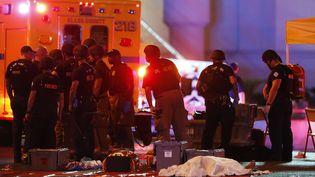 Un corps est recouvert d'un drap blanc, à Las Vegas, (Nevada, Etats-Unis), le 1er octobre 2017. (STEVE MARCUS / AP / SIPA)