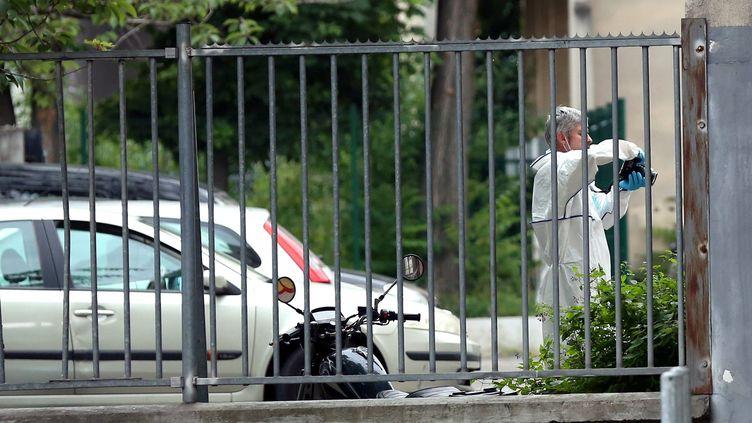 Un enquêteur de la police scientifique sur les lieux de l'agression présumée du directeur des Restos du Cœur de Montreuil (Seine-Saint-Denis) le 1er juillet 2016. (MAXPPP)