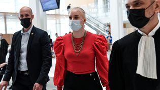 Mila se rend à l'audience lors du procès de 13 personnes accusées de l'avoir harcelée, le 3 juin 2021, au tribunal judiciaire de Paris. (BERTRAND GUAY / AFP)