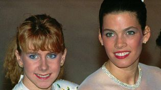 La patineuse américaine Tonya Harding (à gauche) et sa rivale Nancy Kerrigan, lors des championnats américains de patinage artistique à Orlando (Floride), le 12 janvier 1992. (PHIL SANDLIN / AP / SIPA / AP)