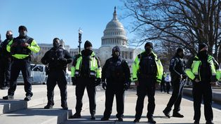 Des policiers surveillent les abords du Capitole, le 7 janvier 2021 à Washington (Etats-Unis). (JOE RAEDLE / GETTY IMAGES NORTH AMERICA / AFP)