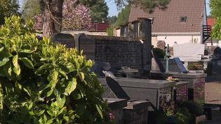 L'interdiction de se rendre dans les cimetières en pleine épidémie était un crève-cœur pour certaines familles. Cette mesure s'assouplit dans certaines communes, notamment à Merlimont dans le Pas-de-Calais.  (France 3)