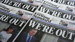 """La """"Une"""" de journaux britanniques illustrant la victoire du """"leave"""" au référendum sur la sortie de l'UE : """"nous sommes dehors"""", résume le Evening Standard, le 24 juin 2016. (DANIEL SORABJI / AFP)"""