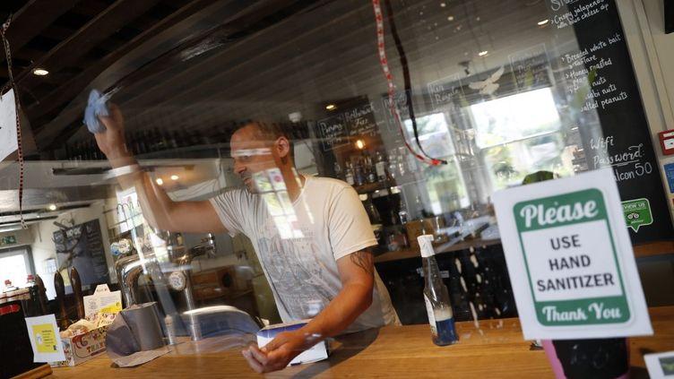 Le bar The Falcon, à Rotherwick, à l'ouest de Londres (Royaume-Uni), se prépare à la réouverture, le 26 juin 2020. (ADRIAN DENNIS / AFP)