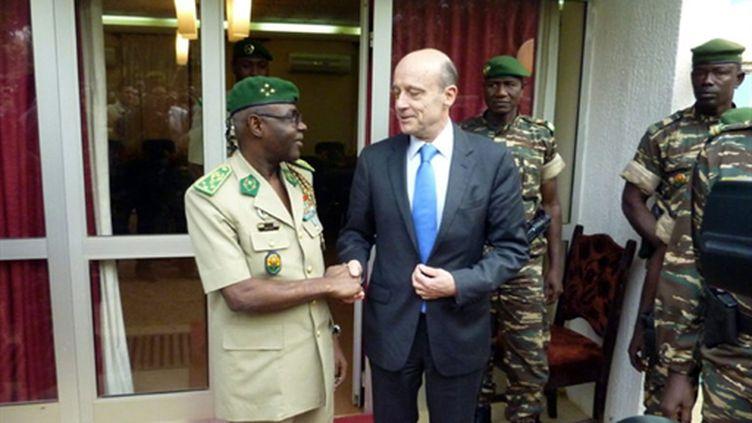 Alain Juppé, ministre français de la Défense, et le général Salou Djibo, à Niamey, au Niger, le 10 janvier 2011. (AFP/BOUREIMA HAMA)
