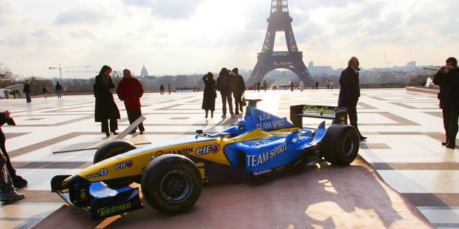 Une monoplace devant la Tour Eiffel