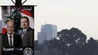 Affiche représentant le Premier ministre libanais, Saad Hariri, et son président, Michael Aoun à Beyrouth, au Liban, le 17 novembre 2017. (JOSEPH EID / AFP)