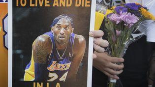 Un hommage au basketteur Kobe Bryant, à Calabasas (Californie), le 26 janvier 2020. (MARK RALSTON / AFP)