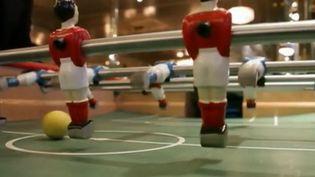 C'est le retour des jeux anciens, des jeux de bars qui nous rassemblent : flippers, fléchettes et baby-foot. Nos cinq constructeurs français de baby-foot s'en sortent bien. (France 2)