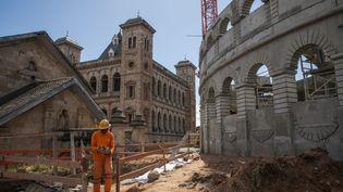 "Le ""Colisée"" lors de sa construction le 22 mai 2020 à Antananarivo, la capitale de Madagascar. (RIJASOLO / AFP)"