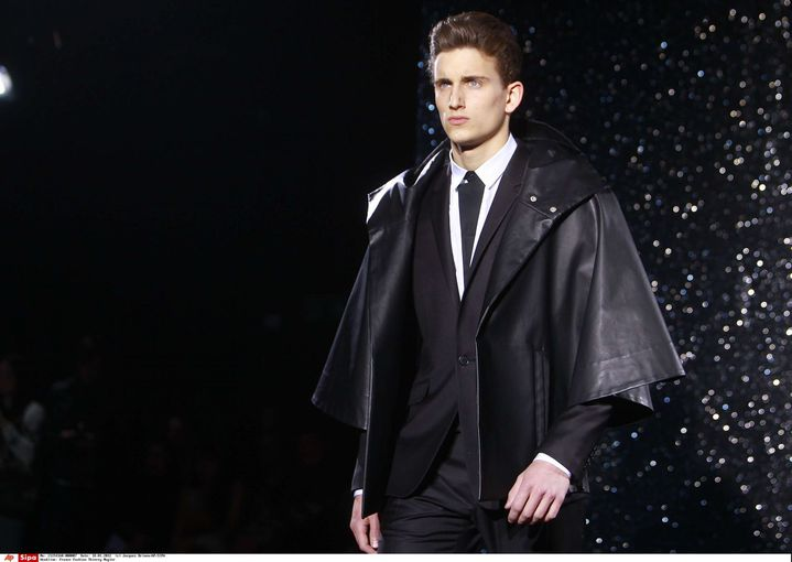 Un mannequin porte un modèle dessiné par Nicola Formichetti et Sebastien Teigne,pap ah 2012-2013, à Paris (janvier 2012)  (Jacques Brinon/AP/SIPA )
