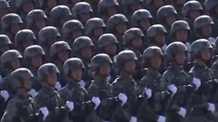 Sur la place Tien an Men, les différents corps d'armée défilent devant le président Hu Jintao et son prédecesseur, Jiang Zemin, le 9 octobre 2011. (FTV)