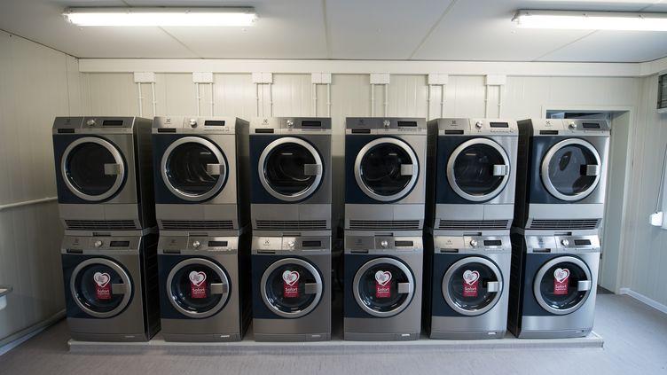 De microscopiques fibres plastiques sont libérées par les vêtements lors de leur lavage en machines. Trop petites pour être filtrées dans les usines de traitement,elles se retrouvent dans l'environnement et notamment dans les océans. (BERND VON JUTRCZENKA / DPA / AFP)