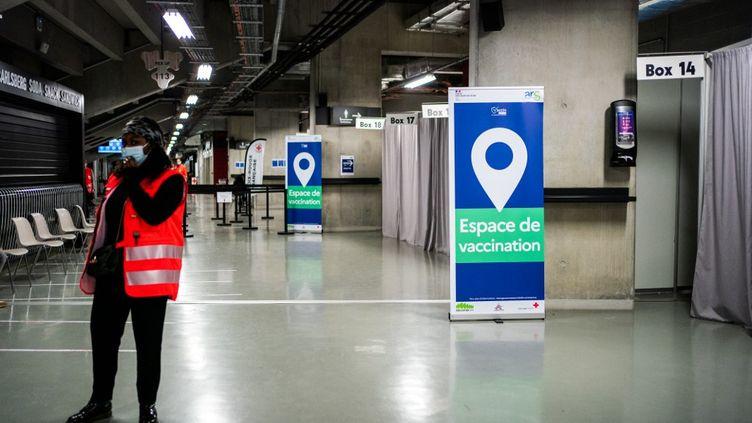 Un centre de vaccination a ouvert ses portes, le 8 mai 2021,ausein du complexe Paris La Défense Arena, à Nanterre (Hauts-de-Seine).  (XOSE BOUZAS / HANS LUCAS / AFP)