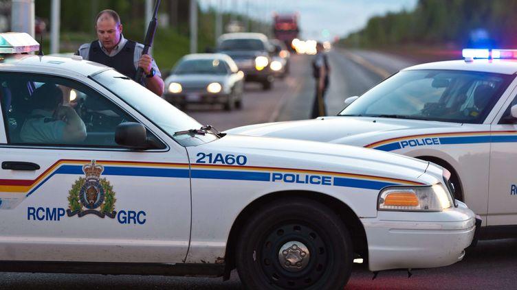 Des véhicules de police maintiennent un périmètre de sécurité après une fusillade à Moncton, dans l'est du Canada, le 4 juin 2014. (MARC GRANDMAISON / AP / SIPA)