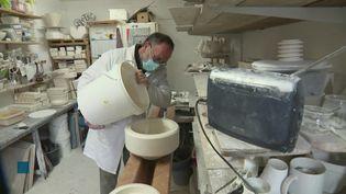 Dans l'atelier de fabrication des porcelaines en coquille d'huîtres. (Franceinfo)