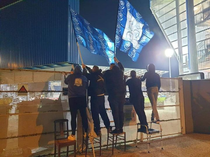 Des supporters du Castres Olympique regardent le match au-dessus d'un mur d'enceinte du stade Pierre-Fabre, à Castres, en février 2021. (PUISSANCE CASTRES / DR)