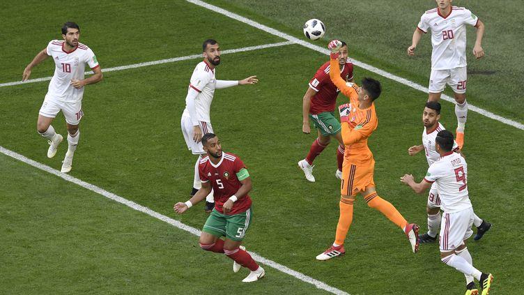 Le gardien iranien Alireza Beiravand dégage du poing lors du match entre le Maroc et l'Iran, le 15 juin 2018 à Saint-Pétersbourg (Russie). (GABRIEL BOUYS / AFP)