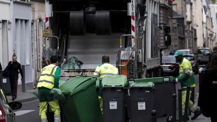 Des éboueurs collectent des ordures ménagères, le 19 septembre 2017 à Paris. (VINCENT ISORE / MAXPPP)