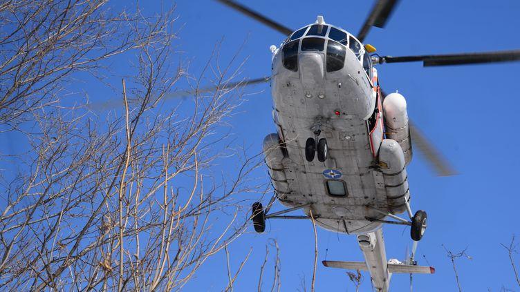 Un hélicoptèreMi-8dans le territoire deKhabarovsk, en Russie, le 21 mars 2018. (IGOR ONUCHIN / SPUTNIK / AFP)