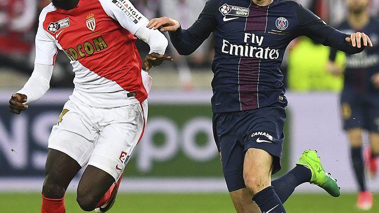 Tiemoue Bakayoko à la lutte avec Julian Draxler (FRANCK FIFE / AFP)