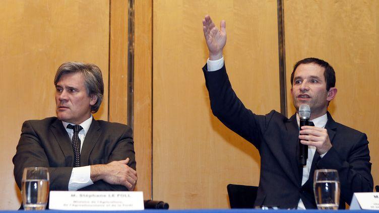 Stéphane Le Foll, le ministre de l'Agriculture, etBenoît Hamon, le ministre de la Consommation (à droite), ont tenuune conférence de presse à l'issue de la réunion de crise à Bercy sur le scandale de la viande de cheval, lundi 11 février 2013. (PATRICK KOVARIK / AFP)