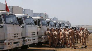 Les camions d'aide russe stationnés dansun camp près de Kamensk-Shakhtinsky, dans la région de Rostov (Russie), le 14 août2014. (MAXIM SHEMETOV / REUTERS )