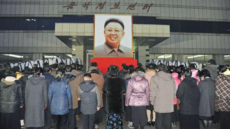 Des Nord-coréens se recueillent à Pyongyang après la mort du chef de l'Etat Kim Jong-il, le 21 décembre 2011. (REUTERS)