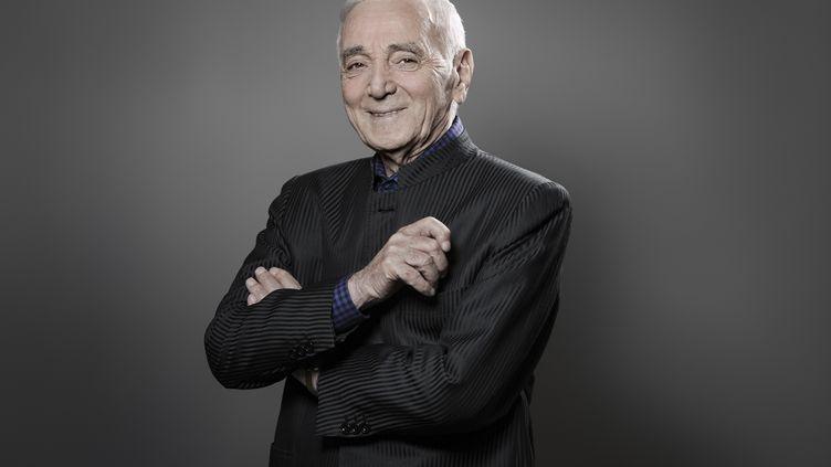 Charles Aznavour lors d'une séance photo le 16 novembre 2017. L'artiste est mort lundi 1er octobre 2018 à l'âge de 94 ans. (JOEL SAGET / AFP)